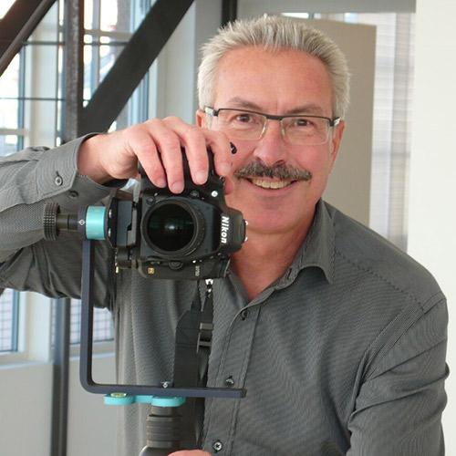 Immobilienmakler Thomas Abele mit Kamera